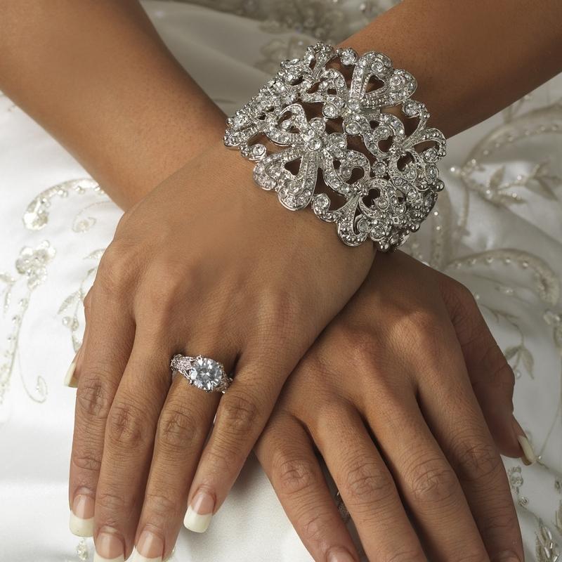 Βραχιόλια και δαχτυλίδια που ταιριάζουν με το νυφικό σας