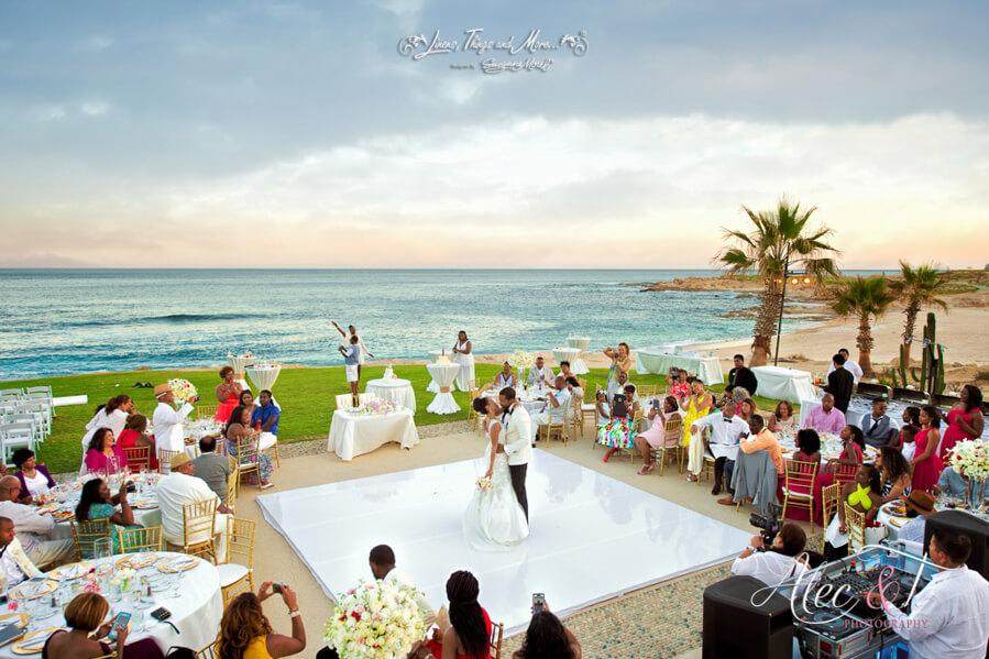 Χορός γάμου στην παραλία